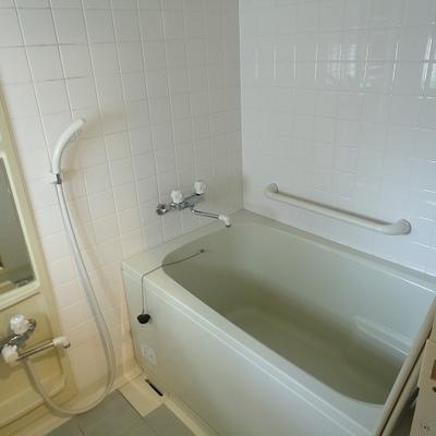 お風呂、ドアの後ろに窓があります※写真は前回募集時のものです