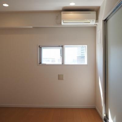 5.8帖の寝室にも窓があります。