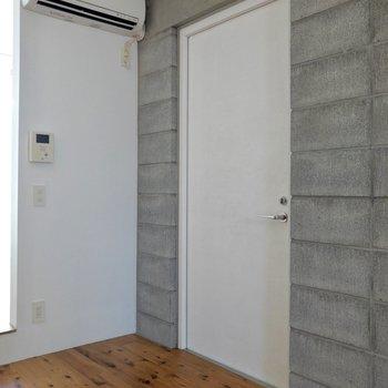 ドアの前には玄関マット、奥にはシューズボックスなどを。