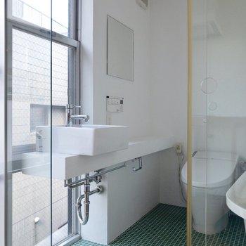 ゆったりサイズのバス・トイレ。床が可愛い。