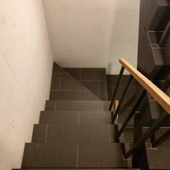 お部屋までは階段で。手すりがあるので安心です。