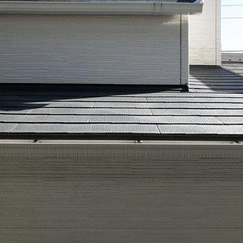 眺望は隣家の屋根。日当たりは良好です。
