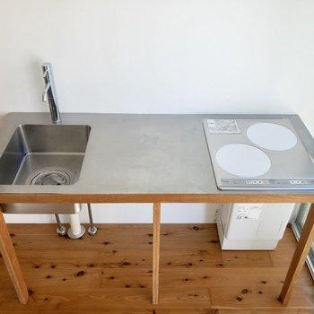 シンクはコンパクトめですが、2口コンロで調理スペースもしっかりと。