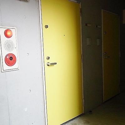 コンクリートにイエローのドア