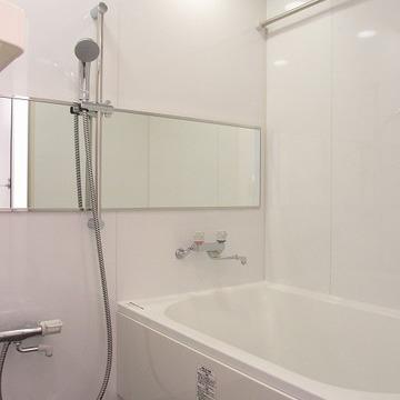 真っ白な浴室は清潔感が漂います