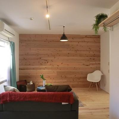 無垢材を貼った壁が良い! ※写真は1階の同間取り別部屋のものです