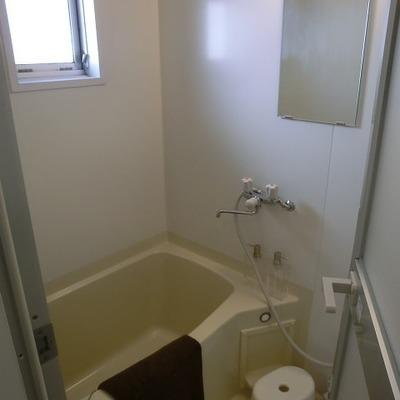 お風呂にも窓! ※写真は1階の同間取り別部屋のものです