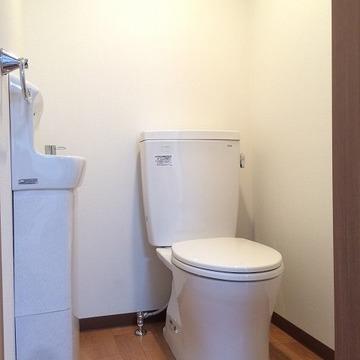 トイレには洗面台も完備。