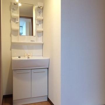 脱衣スペースあります。洗面台も洗濯機置場も