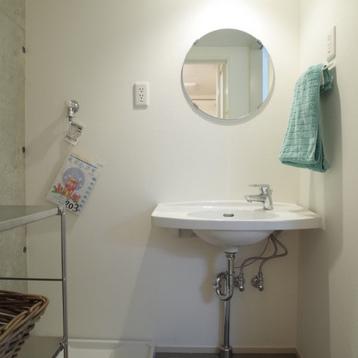 洗面所、丸鏡がかわいい。※写真は前回募集時のものです