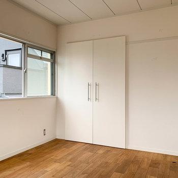 【洋室】2面に窓があるのも嬉しいですね。※写真は工事中、通電前、クリーニング前のものです。