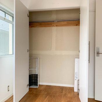 【洋室】大きなクローゼットもあります!※写真は工事中、通電前、クリーニング前のものです。
