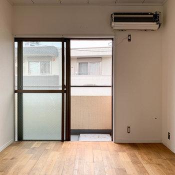 【洋室】約6帖ほどの洋室。※写真は工事中、通電前、クリーニング前のものです。