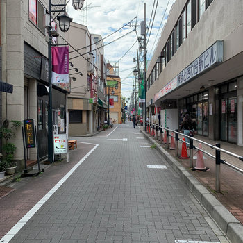 駅前には、短めの商店街が広がります。