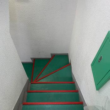 階段で1階、エントランスまでいけます。