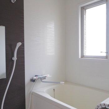 浴室に窓がついているのも嬉しいポイント。換気も楽チンです。※写真は前回募集時のものです