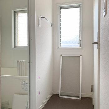奥に進むと右にトイレ、左はお風呂です。※写真は工事中、通電前、クリーニング前のものです。