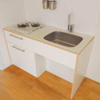キッチンもシンプルな色合いに。2口あるのは嬉しいですね◎※写真は前回募集時のものです