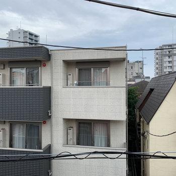 眺望は向かいの住宅です。