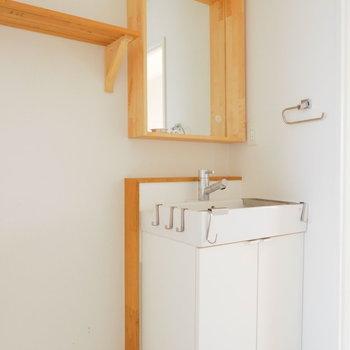 独立洗面台もこだわって。白と木の色合いが統一感あっていいですね。※写真は前回募集時のものです