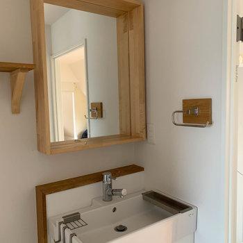 手前側には可愛い洗面台。※写真は工事中、通電前、クリーニング前のものです。