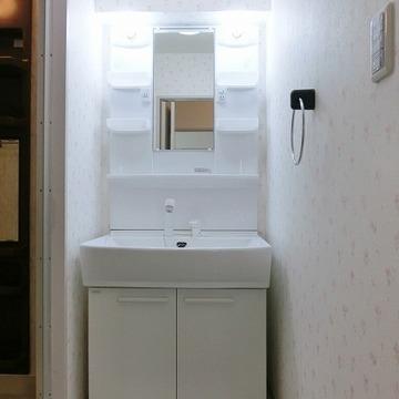 独立洗面台も真っ白で清潔感が漂います