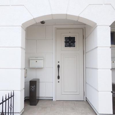 玄関です。左に見えるには宅配ボックスです。