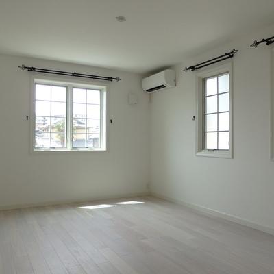 二階の広い方のお部屋です。