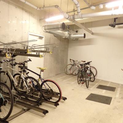 地下にある自転車置き場。