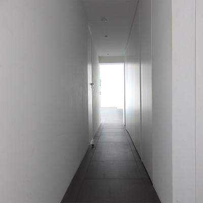 廊下。右側の壁が全て収納になっております。