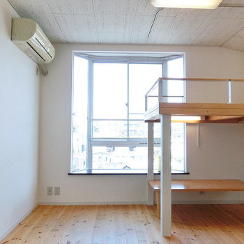 無垢床に可愛らしい出窓 ※写真は2階の似た間取りの別部屋