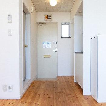 玄関はお部屋と続いてます。 ※似た間取りの別のお部屋、前回募集時のものです