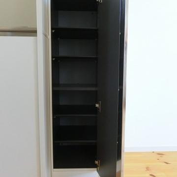 シューズボックスはキッチンの隣に ※写真は2階の似た間取りの別部屋