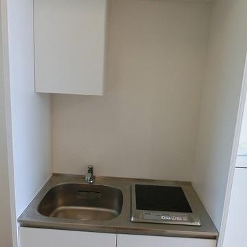 キッチンの機能は最小限 ※写真は2階の似た間取りの別部屋