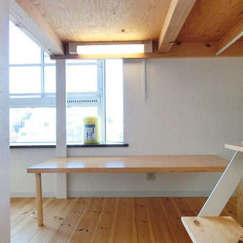 無垢のテーブル付です! ※写真は2階の似た間取りの別部屋
