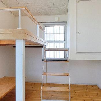 階段がついております ※写真は2階の似た間取りの別部屋