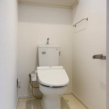 トイレは上部に棚があります。
