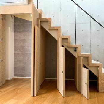 【2階】ぱかっと開けると、中は細やかな収納になっています。