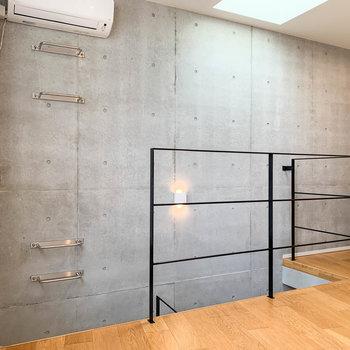 【3階】階段側の壁はコンクリート打ちっ放しになっています。