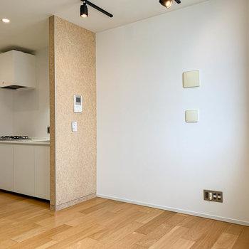 【3階】窓から左手、キッチンとスペースがあります。