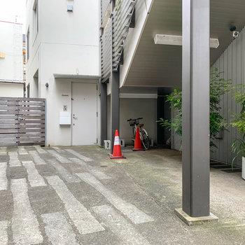 駅の階段を降りて、1階共用部へ。住人専用の駐輪場があります。