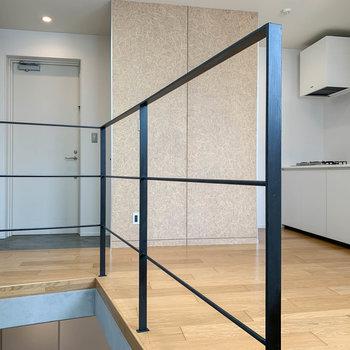 【3階】階段側から見ると。右奥にキッチン、左奥に玄関があります。
