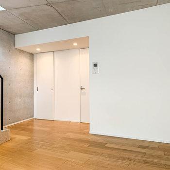 【2階】窓側から見ると。階段奥に、サニタリーへの扉があります。