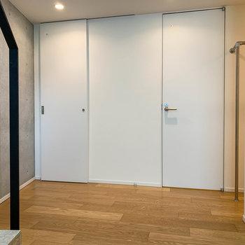 【2階】左の扉がトイレ、右の扉が脱衣所。そしてさらに右側には…