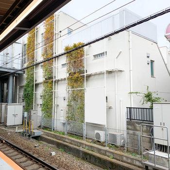 駅直結の白いマンション。なのでホームからも見えるんです。