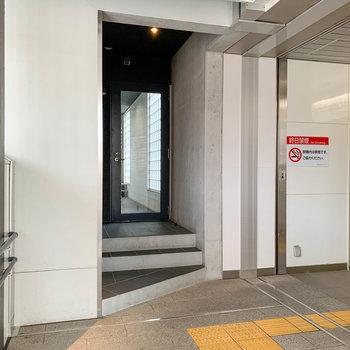 駅のコンコース沿い、黒い扉が入り口です。