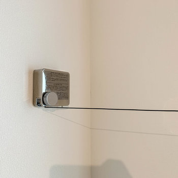 2階の窓辺に、収納式ワイヤーの物干しがあります。