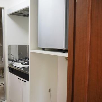 冷蔵庫は備え付けです。下に洗濯機をおきます。