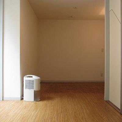 半地下の洋室。