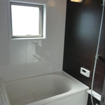 お風呂も広々、窓付きです
